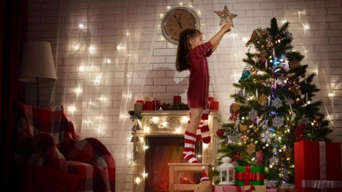 arbol-de-navidad-decorando-previo-navidad