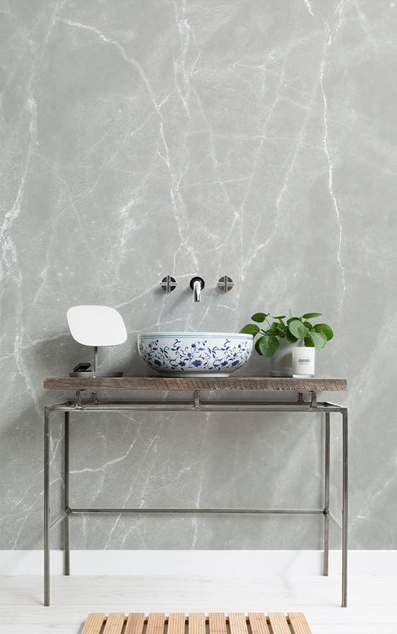 baño con papel tapiz marmol