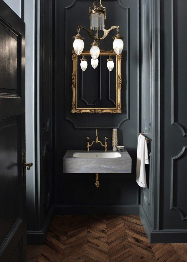 medio baño con muros obscuros
