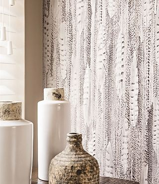 papel tapiz curious plumas pieles de animales blanco