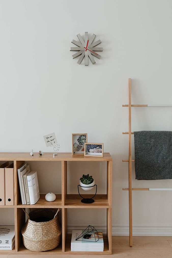 umbra moño reloj pared con ambiente decorado