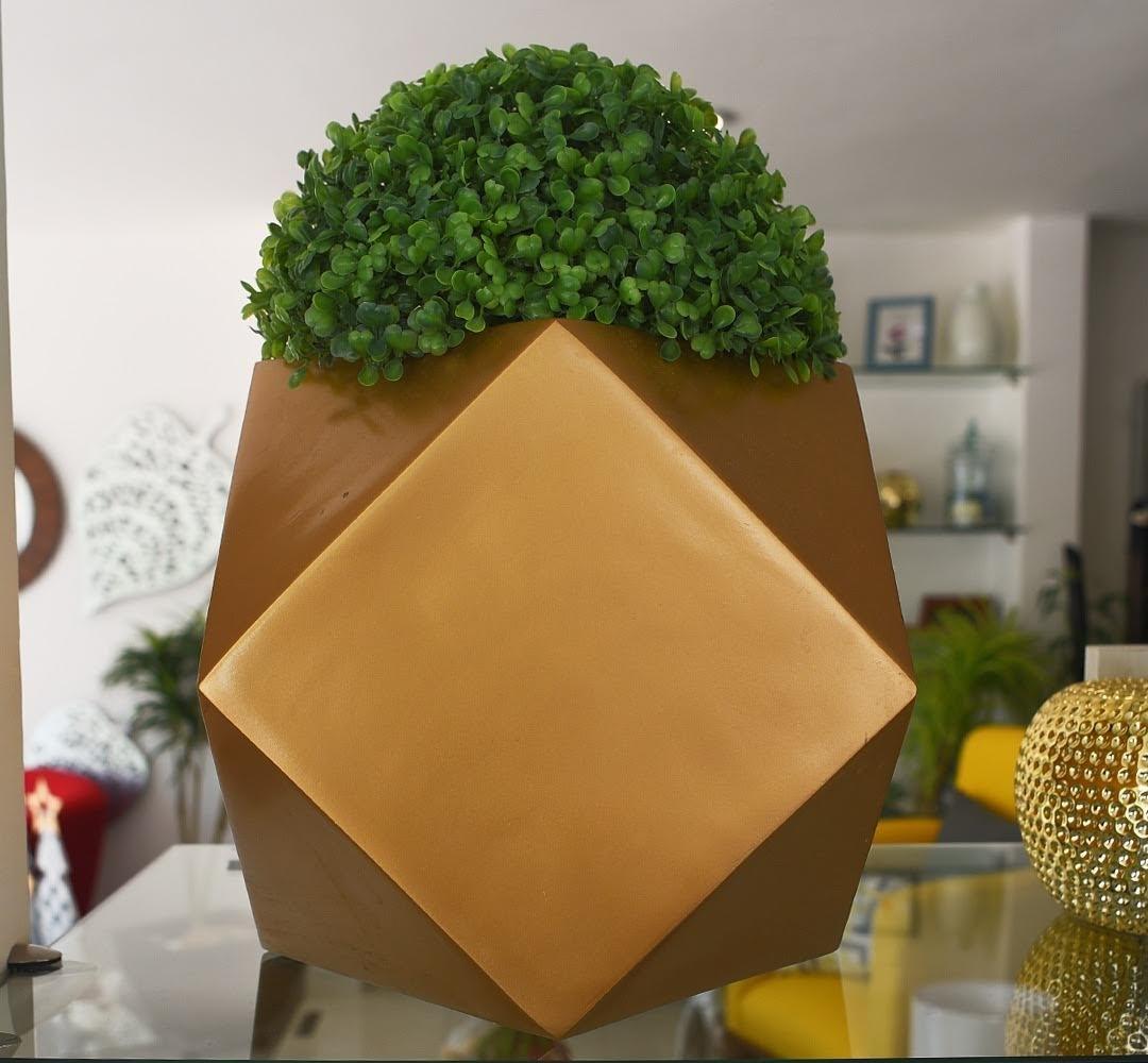 Maceta Cubo Diamante. En color dorado. Elaborada en fibra de vidrio para interior y exterior. El follaje se vende por separado.