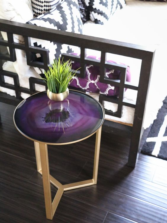 mesa lateral para decorar con color morado
